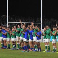 【アイルランド-サモア】両チーム一緒にスタンドのファンにあいさつするアイルランドとサモアの選手たち=レベルファイブスタジアムで2019年10月12日、徳野仁子撮影