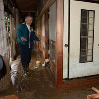 泥が入り込んだ自宅に戻った山口隆男さん。ふすまには水が入り込んだことを示す跡が残る=長野市穂保で2019年10月14日午前9時26分、岩崎邦宏撮影