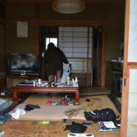 浸水した部屋を片付ける女性=長野市穂保で2019年10月14日午前9時55分、岩崎邦宏撮影