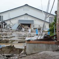 被害状況を確認する関係者=長野市穂保で2019年10月14日午前11時20分、岩崎邦宏撮影