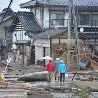 浸水した地域を歩く住民ら=長野市穂保で2019年10月14日午前11時35分、岩崎邦宏撮影