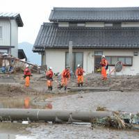被害状況を確認する消防隊員ら=長野市穂保で2019年10月14日午前11時38分、岩崎邦宏撮影