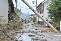 Police officers and other workers examine the Hoyasu district of the city of Nagano, which was flooded after a dike of the nearby Chikuma River broke, on Oct. 14, 2019. (Mainichi/Kunihiro Iwasaki)