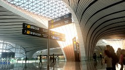 北京大興国際空港のターミナルビルは曲線を多用し、広大だ=北京市内で10月7日、赤間清広撮影