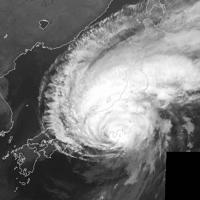 大きな雲の渦が東日本をのみ込んだ台風19号=12日午後6時(気象庁提供)