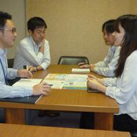 打ち合わせをする奈良商工会議所の職員ら=奈良市登大路町で、新宮達撮影