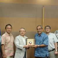ミクロネシア大統領(右から2人目)と記念品を交わす伊藤(同3人目)と若狭(右端)=マルハニチロ提供