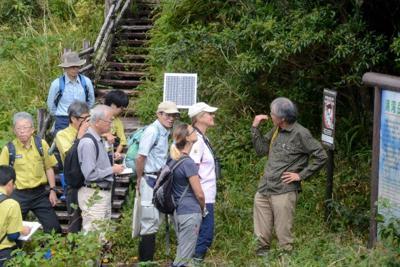 奄美大島で湯湾岳を視察するIUCNの専門家ら(右から2、3人目)=鹿児島県大和村の湯湾岳で2019年10月9日午後、神田和明撮影