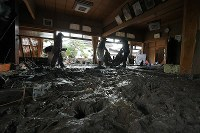 People clean up a house that was flooded after a bank of the Chikuma River burst due to heavy rain caused by Typhoon Hagibis, in the central Japan city of Nagano on Oct. 15, 2019. (Mainichi/Koichiro Tezuka)