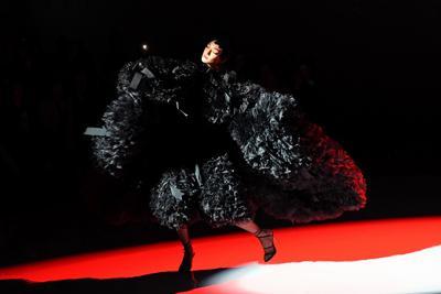 小泉智貴さんのブランド「トモ・コイズミ」のショー=東京都渋谷区で2019年10月16日、北山夏帆撮影