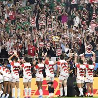 【日本-アイルランド】勝利した日本の選手らを総立ちでたたえる大勢のファン。アイルランドのユニホームを着た観客らも拍手を送った=静岡スタジアムで2019年9月28日、藤井達也撮影