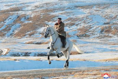 白馬に乗って両江道の白頭山を登る金正恩朝鮮労働党委員長。日時は不明。朝鮮中央通信が16日報じた=朝鮮中央通信・朝鮮通信
