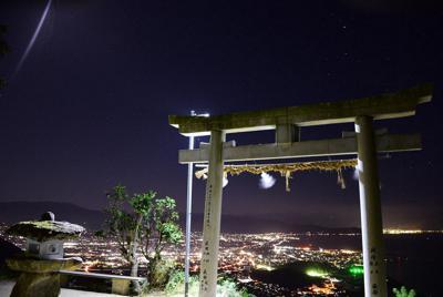 高屋神社本宮の鳥居。夜は夜景と星空を一緒に楽しめる=香川県観音寺市高屋町の高屋神社で2019年10月9日午後7時16分、潟見雄大撮影