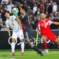 W杯アジア2次予選【日本-タジキスタン】前半、セーブする日本のGK権田。南野がここまで下がってディフェンスした=ドウシャンベで2019年10月15日、AP