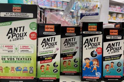 薬局に並ぶアタマジラミ対策商品。ローション、シャンプー、スプレー、放置時間15分間、洗い流さないタイプなどいろいろ=筆者撮影