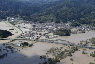 台風19号の影響で冠水した宮城県丸森町の市街地。中央右の橋の下が阿武隈川=2019年10月13日午前11時27分、本社ヘリから