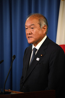 Shunichi Suzuki, chairman of the ruling Liberal Democratic Party General Council, speaks at a news conference at the party headquarters in Tokyo's Chiyoda Ward in this file photo taken on Sept. 11, 2019. (Mainichi/Hiroshi Maruyama)