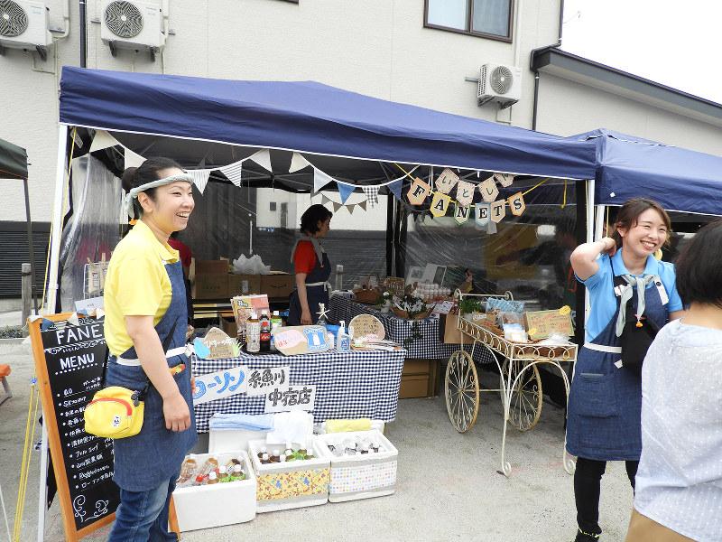 女性職員だけの梶屋敷支店が出店した糸魚川市の復興マルシェ 糸魚川信用組合提供