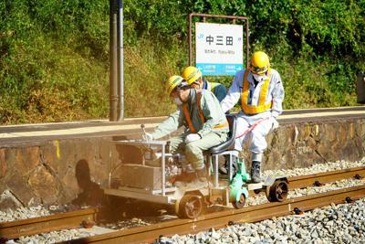 中三田駅で実施されたレールの研磨作業=広島市安佐北区白木町で、中島昭浩撮影