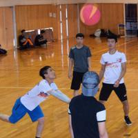 ソフトバレーボールを楽しむ外国人技能実習生ら