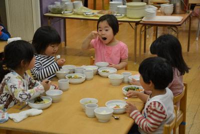 お昼を食べる子どもたち。給食費は無償化の対象外となった=中野区の認可保育所で、堀井恵里子撮影
