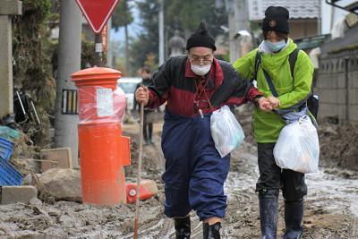 千曲川の決壊後、被災した住宅に初めて戻るという渋沢まさ子さん(76、左)。「今朝は寒かったから厚着してきた。若い頃の写真や、仏壇がどうなっているのか心配だ」と話した=長野市津野で2019年10月17日午前8時29分、手塚耕一郎撮影