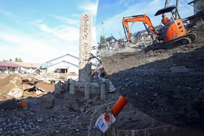 土砂に埋まったカーブミラーに写る重機=長野市穂保で2019年10月17日午後2時27分、小川昌宏撮影