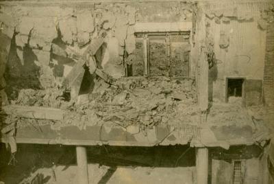 爆風を受けた屋根が崩れ落ちた農林中央金庫広島支所=金井清氏・前田敏雄氏撮影
