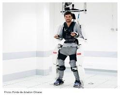 開発中の「着るロボット」をつけたThibaultさん=クリナテック提供