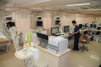 患者の容体をモニターする機器が並ぶICU(集中治療室)