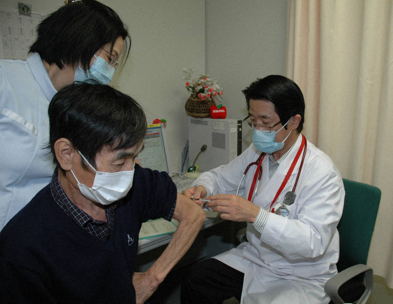 インフルエンザワクチンの接種を受ける男性