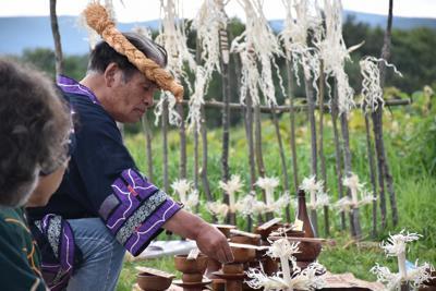 サケを迎える儀式「カムイチェプノミ」に参加する畠山敏さん=紋別市で、2019年9月1日午前11時40分、高橋由衣撮影