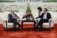 Chairman of the U.S.-China Business Council Evan Greenberg, left, attends a meeting with Chinese Premier Li Keqiang at the Great Hall of the People in Beijing, on Oct. 17, 2019. (Yukie Nishizawa/Pool Photo via AP)