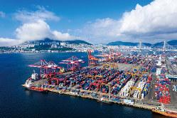 輸出減少も経済を冷え込ませている(釜山港)(Bloomberg)