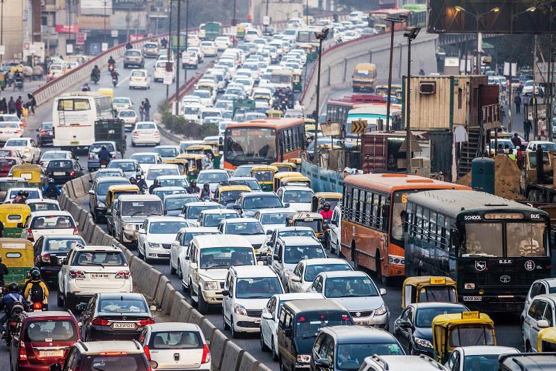 自動車で混み合うデリー市内(Bloomberg)