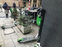 歩道に放置された電動キックスケーター (筆者撮影)