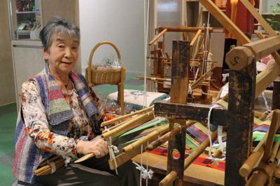 地機で織る南部裂織作家の井上澄子さん=青森県八戸市の工房「澄」で