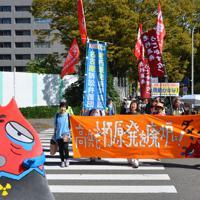 県庁から名古屋地裁までデモ行進する原告ら=名古屋市中区で
