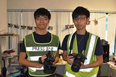 銃撃の場面を撮影した林卓賢さん(左)と、「城市放送局」の謝朗副会長=香港城市大で