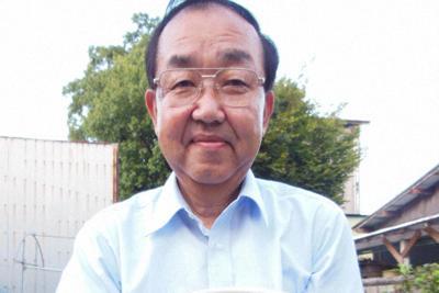 庭で栽培した鉢植えの四つ葉のクローバーを手にする鈴木一男さん=埼玉県加須市で、山寺香撮影