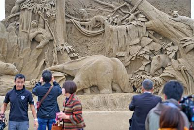 あしや砂像展が開幕し、作品に見入る人たち=福岡県芦屋町で2019年10月18日午前10時33分、矢頭智剛撮影