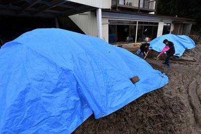 住宅からかき出した土砂が雨で流れ出ないようかけられたブルーシート=宮城県丸森町で2019年10月18日午前10時53分、猪飼健史撮影