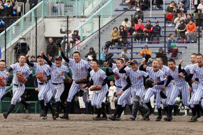 秋季道高校野球大会で初優勝を決め、応援席に駆け出す白樺学園の選手たち=いずれも札幌円山球場で、貝塚太一撮影