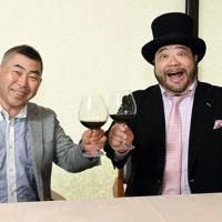「ルネッサーンス」と乾杯する山田ルイ53世さん(右)と桂南光さん=東京都千代田区で、宮本明登撮影