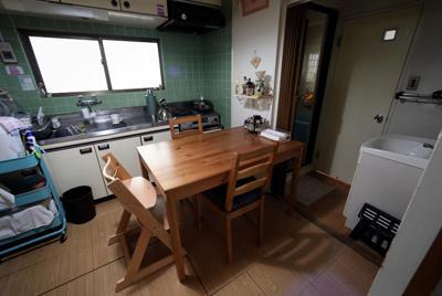 3人で囲んだ食卓。食事中、莉子ちゃんはいつも「手をつなぎたい」といった。3人、手をつないで輪を作った。莉子ちゃんはうれしそうにニコニコして、手を揺らした。そんな幸せな食卓だった=東京都豊島区で2019年9月16日、小川昌宏撮影