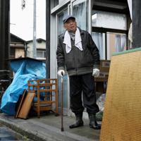 自宅が床上浸水した畠山晴男さん(85)。台風19号の被害から1週間たった朝、ふたたび雨脚が強まる街を眺め、「天気はどうにもならんけれど、とにかく悔しい」と目に涙を浮かべながら話した=福島県本宮市で2019年10月19日午前9時13分、吉田航太撮影