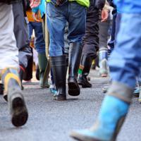 災害ボランティアセンターに集まり、長靴姿で被災地に向かう人たち=長野市で2019年10月19日午前9時21分、小川昌宏撮影