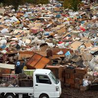 山のようになった災害廃棄物の仮置き場=長野市赤沼で2019年10月19日午後1時41分、小川昌宏撮影