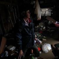 台風19号の影響で吉田川が氾濫し、浸水した米農家の八木秀敏さん(69)宅では1週間たった今も水が完全には引いていない=宮城県大崎市で2019年10月19日午後3時13分、和田大典撮影