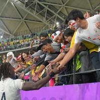 【イングランドーオーストラリア】試合終了後、ファンとタッチを交わすイングランドのロッダ(左下)=昭和電工ドーム大分で2019年10月19日、徳野仁子撮影